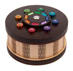 Pyöreä kuvioitu rasia värikkäillä yksityiskohdilla.