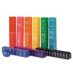 Läpinäkyvä pakkaus sisältää kaikki kuvassa näkyvät 9 eriväristä ja erilukuista tornia.