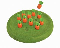 Pakkauksessa vihreä pyöreä pelilauta ja yksitoista pientä porkkanaa.