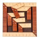 Puinen neliön muotoinen alusta pienillä paloilla. Alustassa sekä paloissa viivottimen yksityiskohtia.